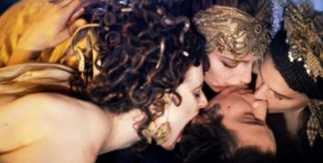 Keanu Reeves captif des mains expertes des maîtresses de Dracula