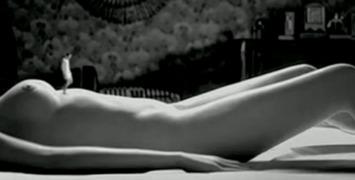 L'amant qui rétrécit explorant le corps nu de Paz Vega